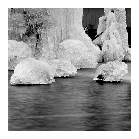 gefrorener tinguelybrunnen